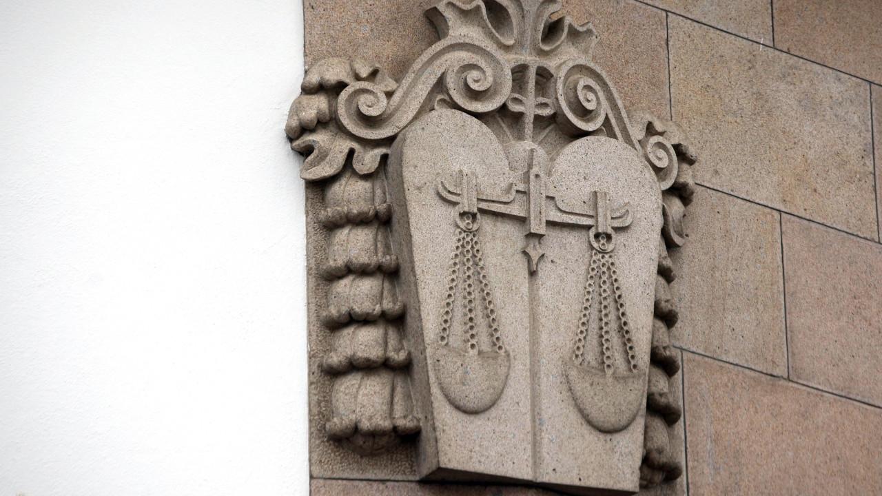 Tribunal mantém gémeas da Amadora em casa de acolhimento temporário - Notícias ao Minuto