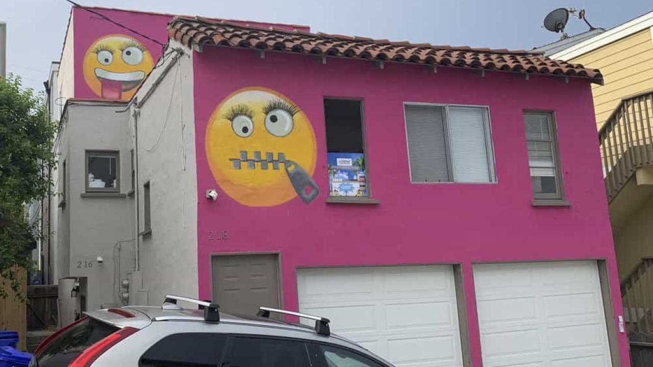 Resultado de imagem para Mulher pinta emojis gigantes na fachada de casa e vizinhos dizem que foi por vingança