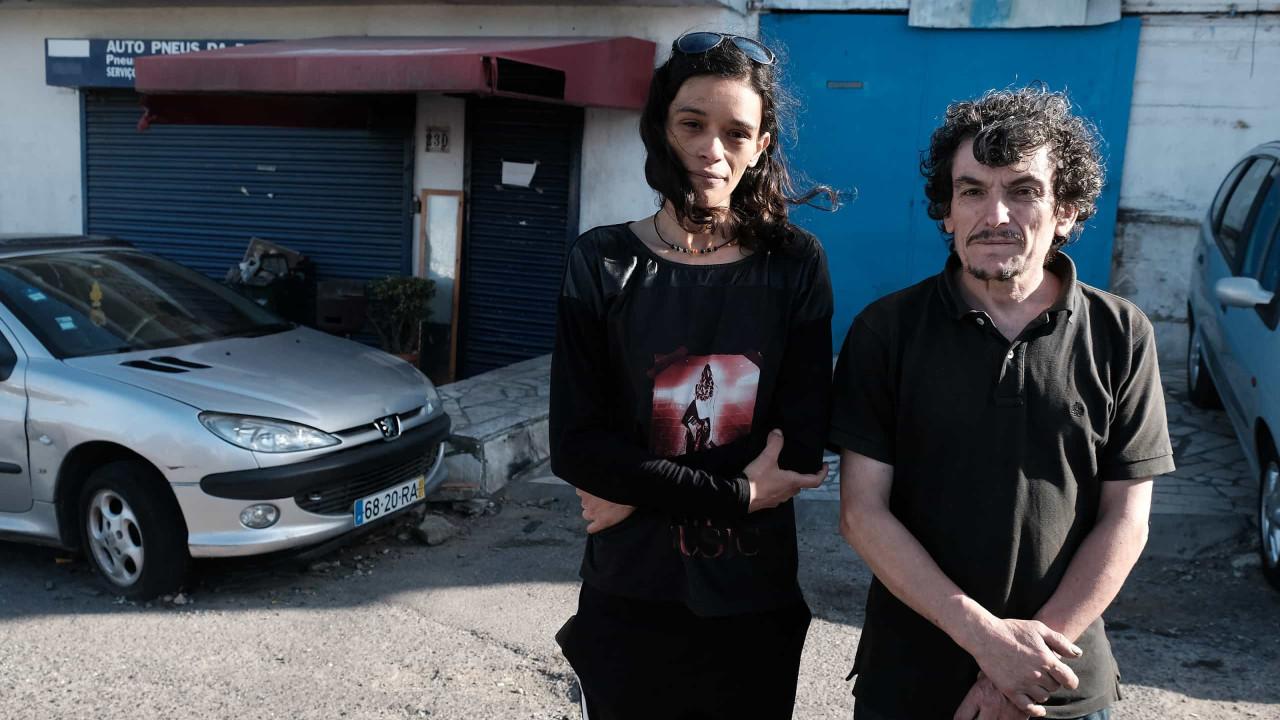 Avó de gémeas retiradas de garagem na Amadora pede guarda das crianças - Notícias ao Minuto