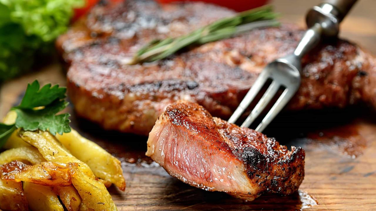 O truque de chef para caramelizar a carne e dar-lhe um sabor delicioso