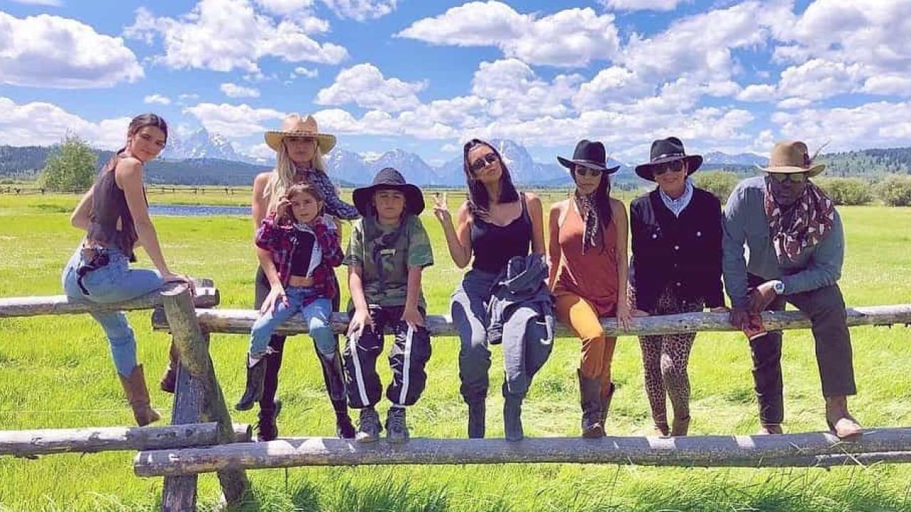 Na véspera do aniversário, Kim Kardashian destaca foto em família