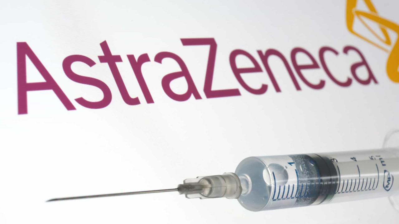 """Vacina de Oxford e AstraZeneca """"funciona perfeitamente"""" e dá imunidade"""