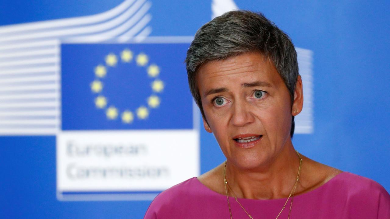 Comissária Vestager 'apanhada' a tricotar durante Estado da União
