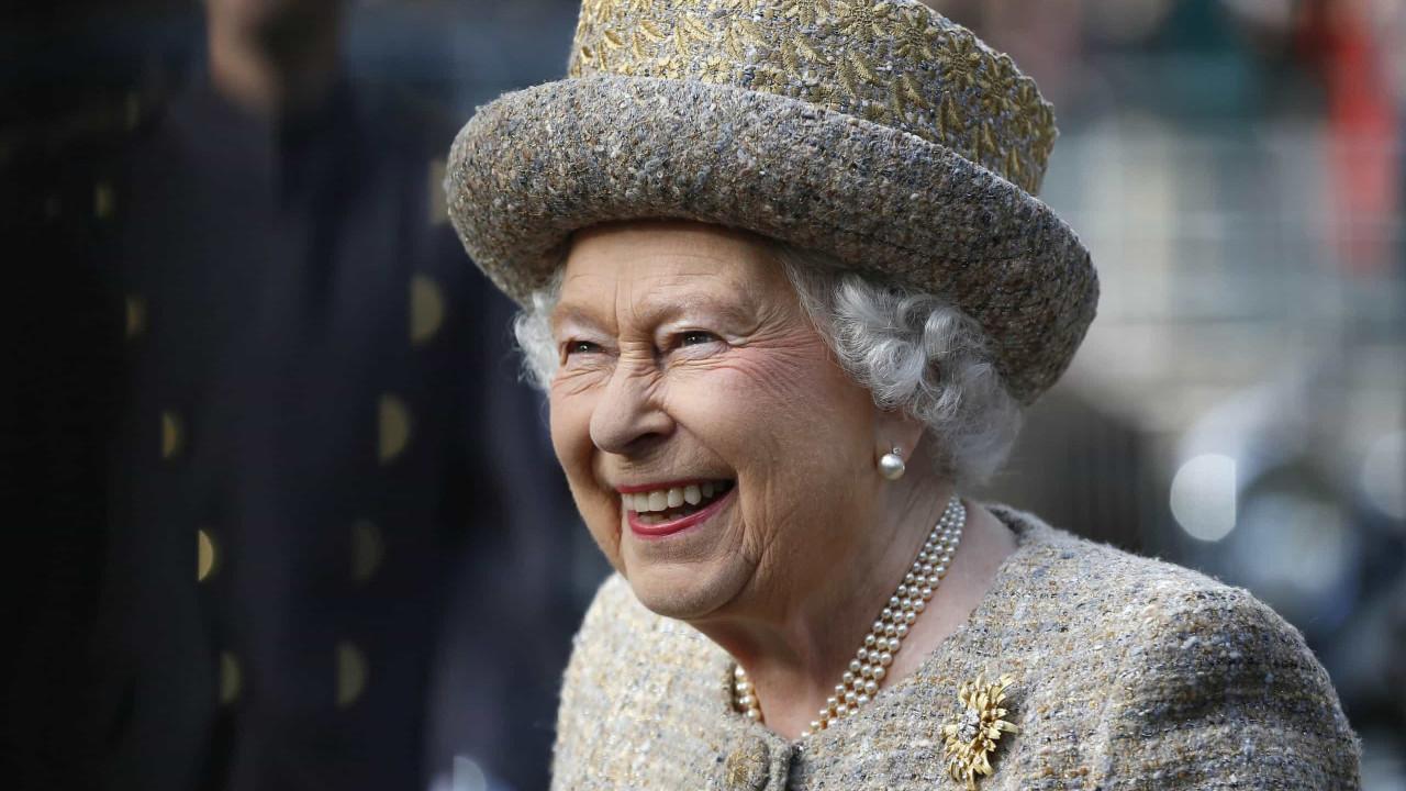 Rainha Isabel II recebe presentes para ajudar a combater a solidão