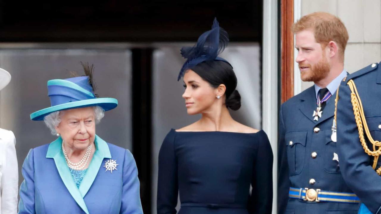 Príncipe Harry vai contra acordo com a rainha e usa título real