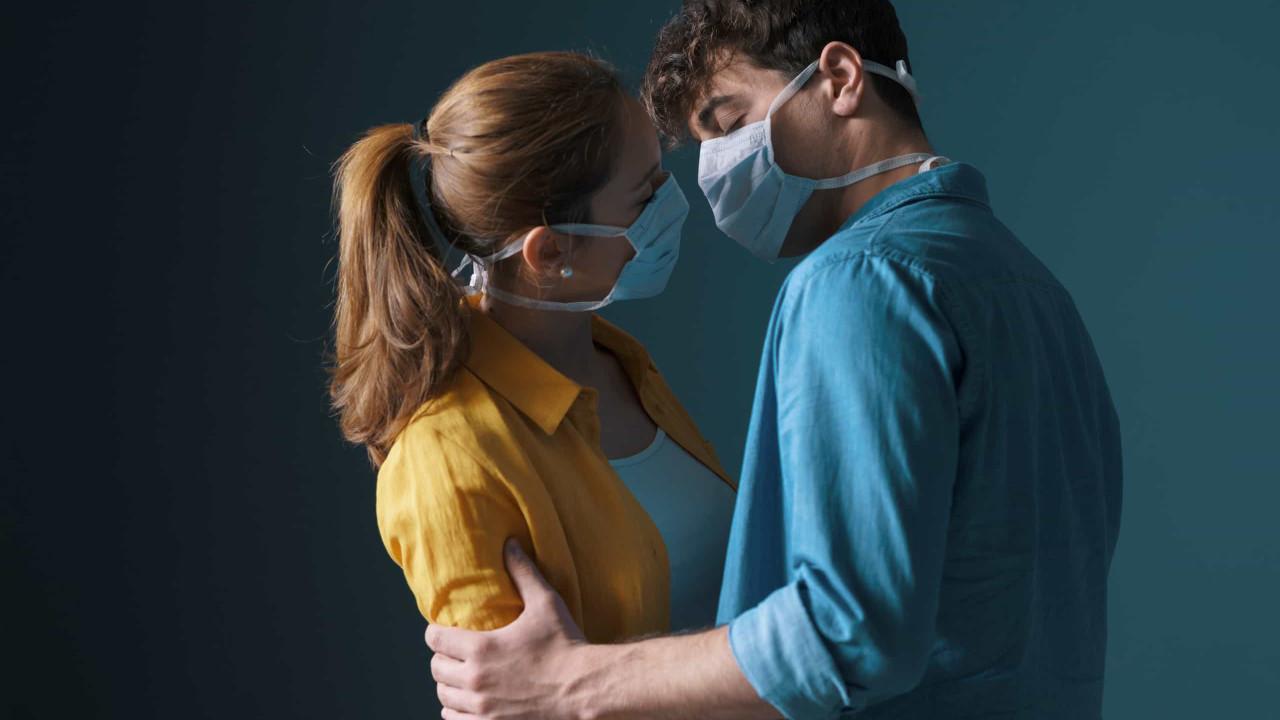 Casais devem usar máscaras durante o sexo, afirma novo estudo de Harvard