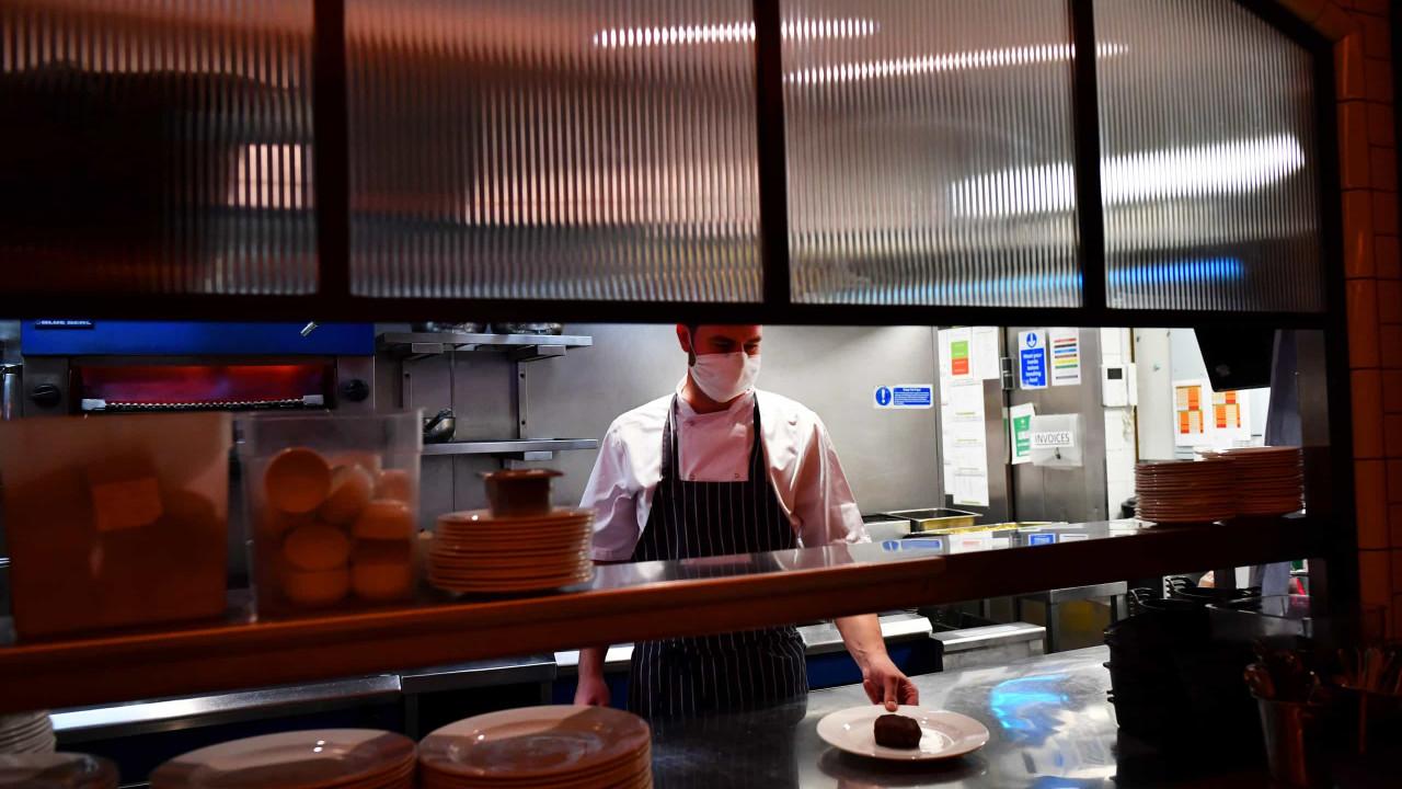 Reino Unido proíbe restaurantes de ficar com gorjetas dos trabalhadores
