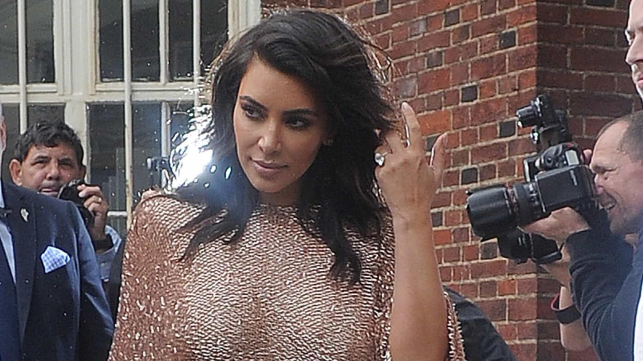 Kim Kardashian desfruta de jantar e realça curvas em look justo