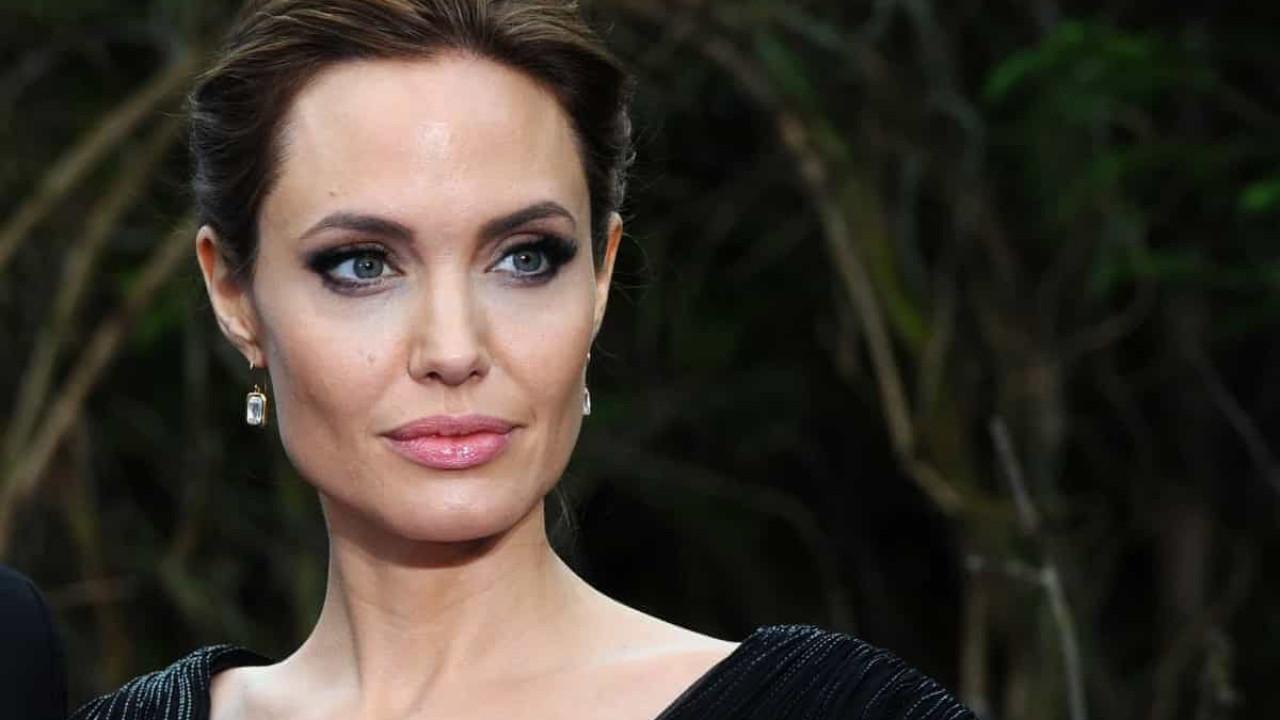 Angelina Jolie novamente em casa do ex-marido, Jonny Lee Miller