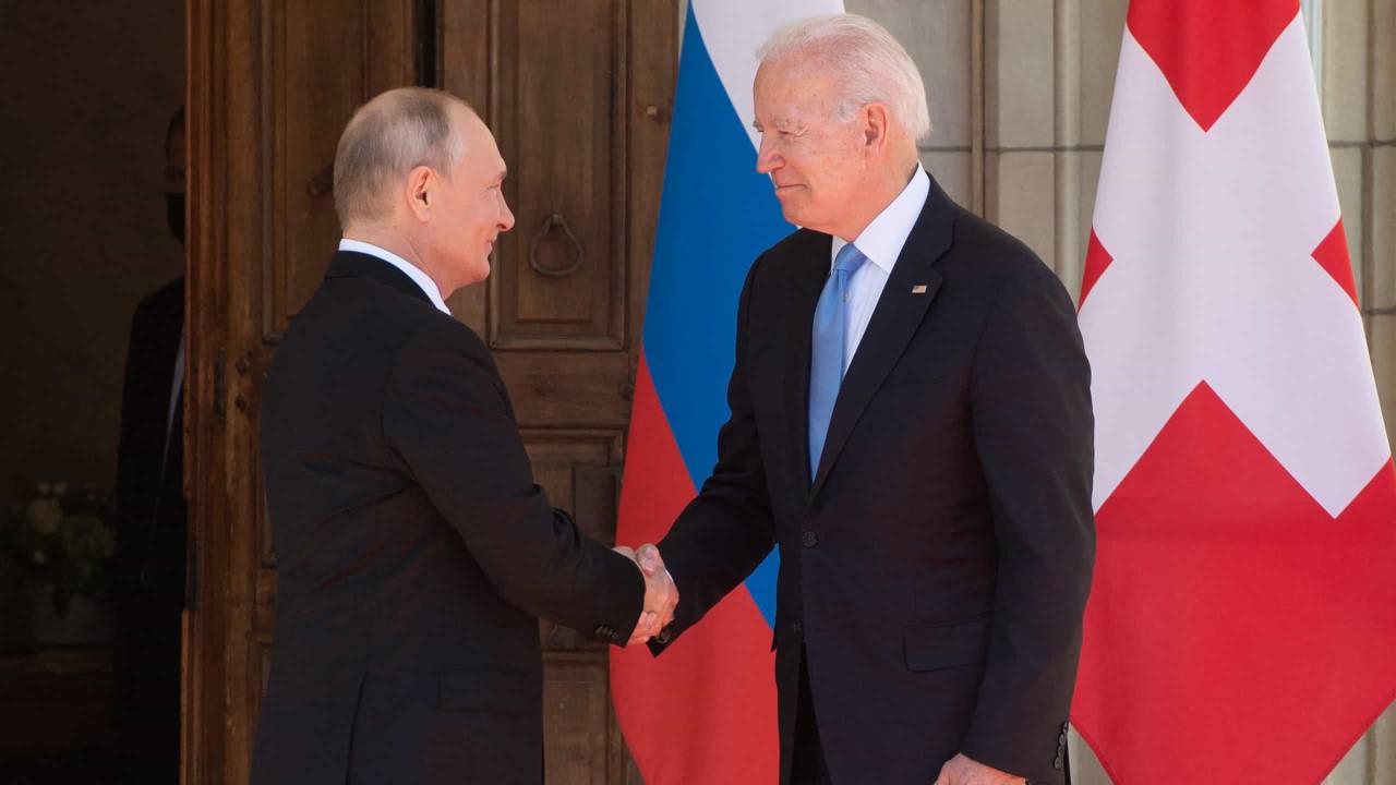 Joe Biden e Vladimir Putin iniciam cimeira com aperto de mão