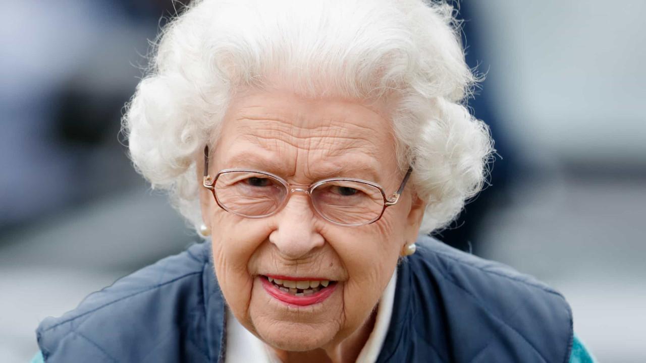 Rainha Isabel II lança linha de biscoitos para cães