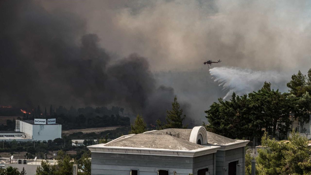 Incêndio obriga a evacuar casas e cortar estradas em Atenas