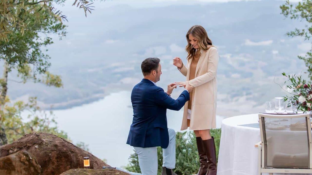 Apresentador Chris Harrison pede Lauren Zima em casamento