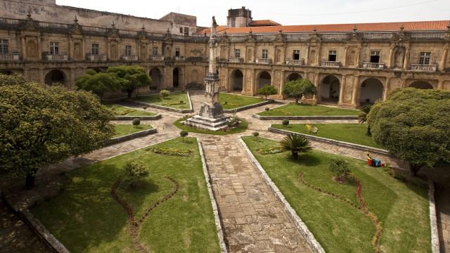 Mosteiro desocupado volta a ser palco da bienal de arte de Coimbra