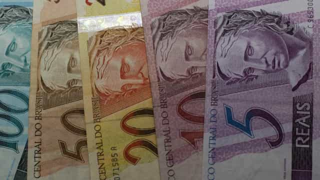 Bolsonaro aprova aumento de salário mínimo para cerca de 225 euros