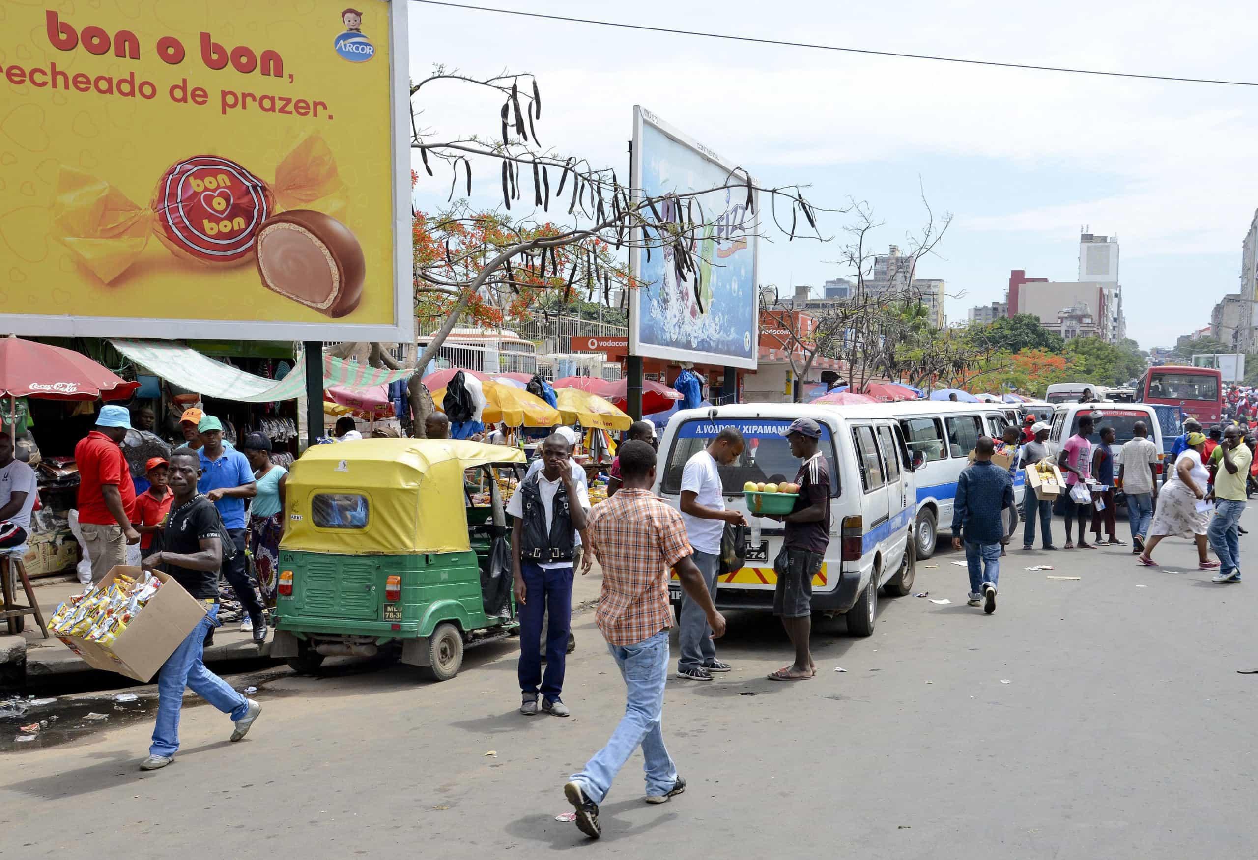 """Portas a cair e assentos """"no ferro"""", os transportes em Moçambique"""