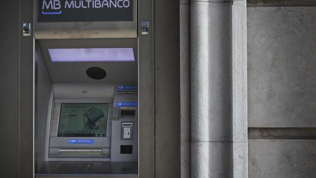 Pagar ou levantar dinheiro em euros vai custar o mesmo em toda a UE