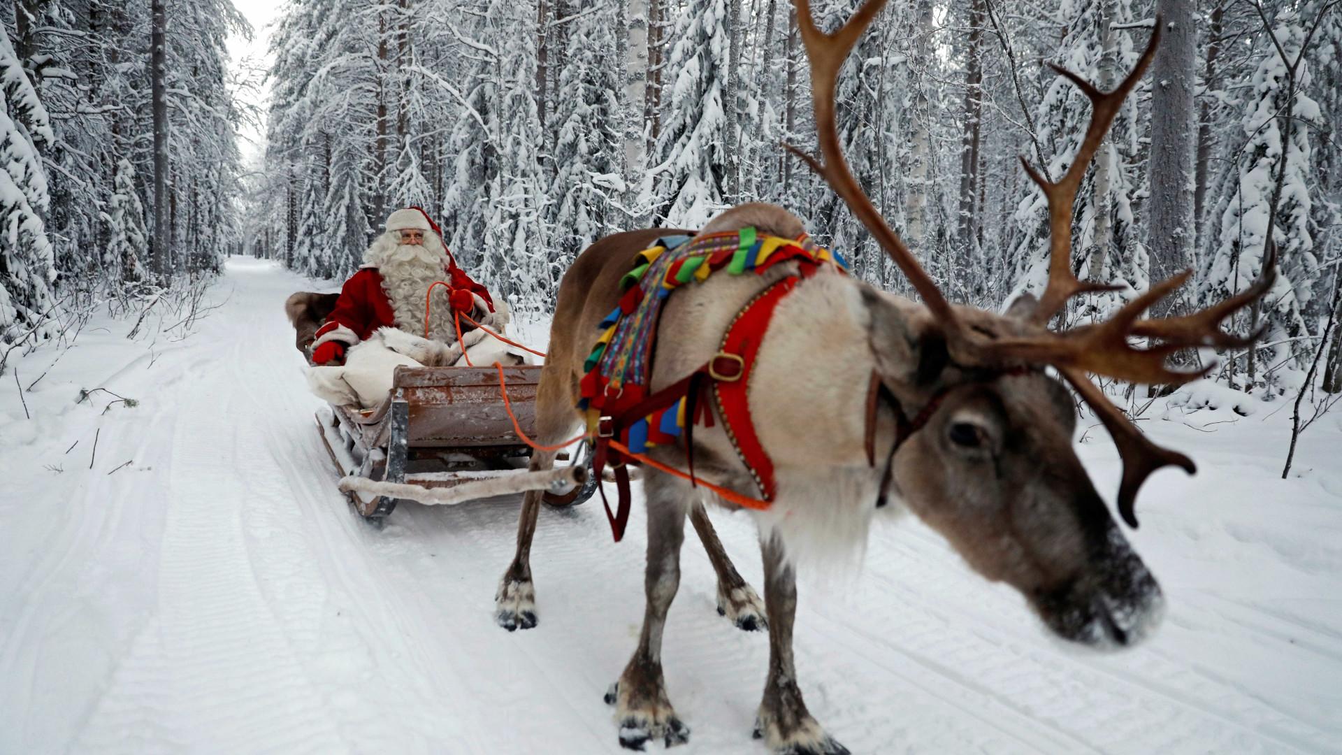 Ho... ho... hoo. O Pai Natal e a rena Rodolfo já estão a caminho