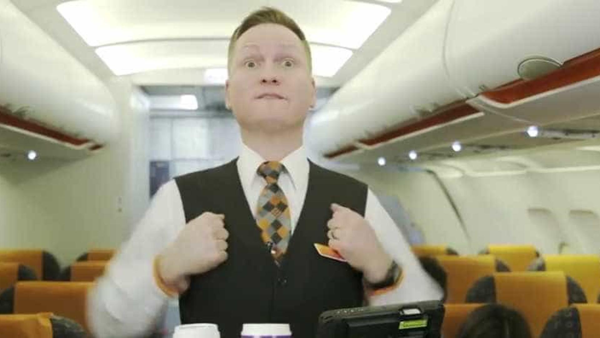 Eis os secretos (e estranhos) gestos dos assistentes de bordo