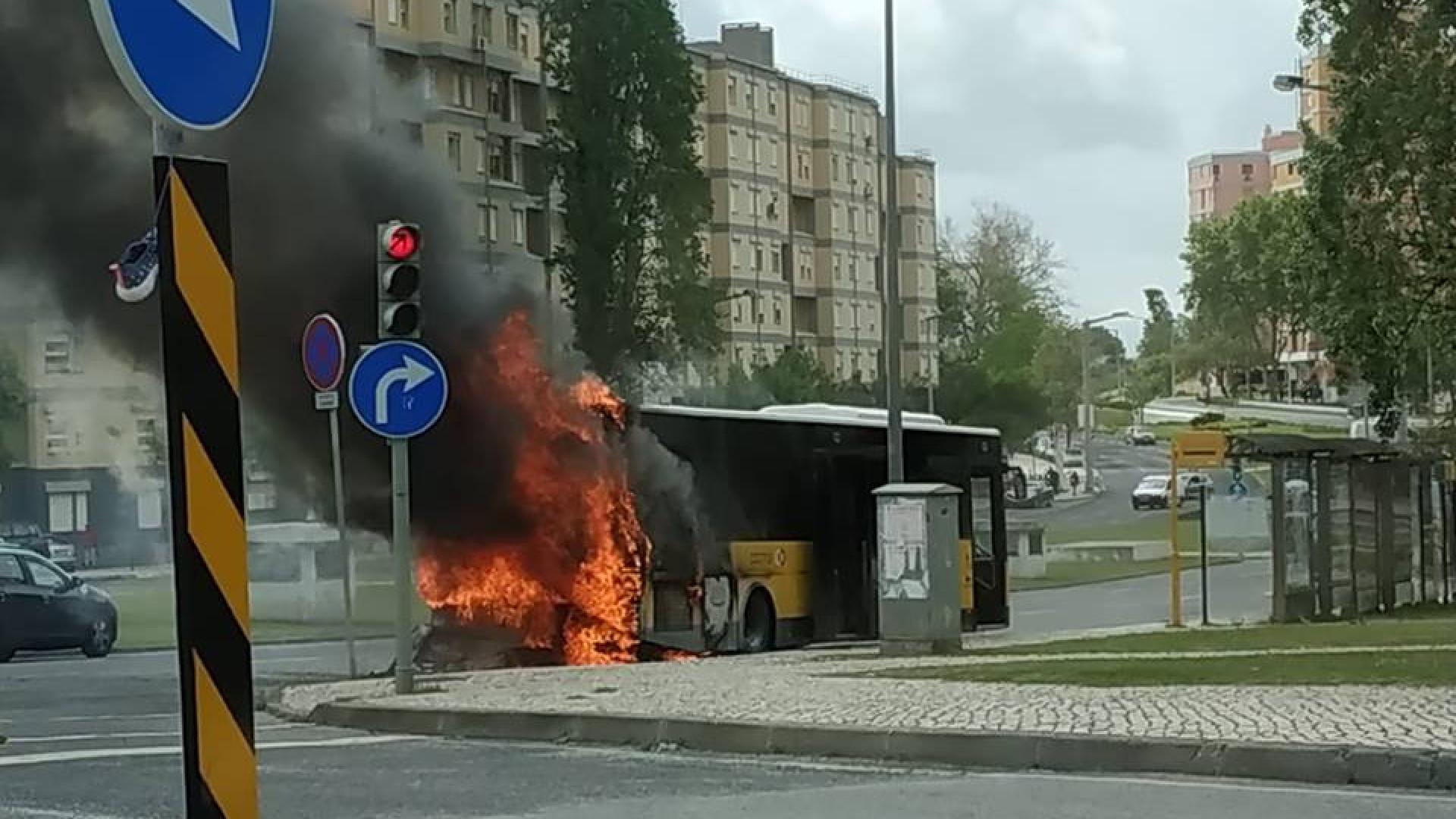 Autocarro da Carris incendeia-se em Chelas