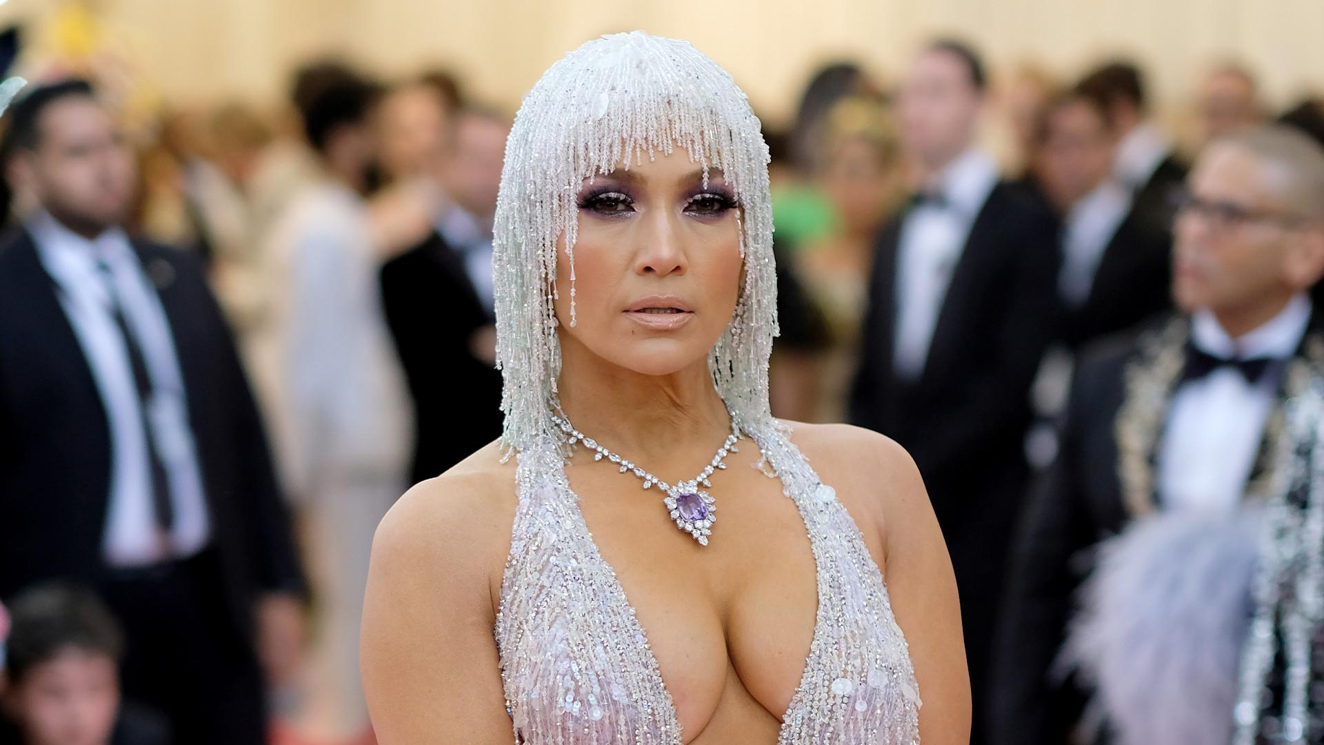 8c823c3c1 Look de Jennifer Lopez na Met Gala foi uma homenagem a falecido designer