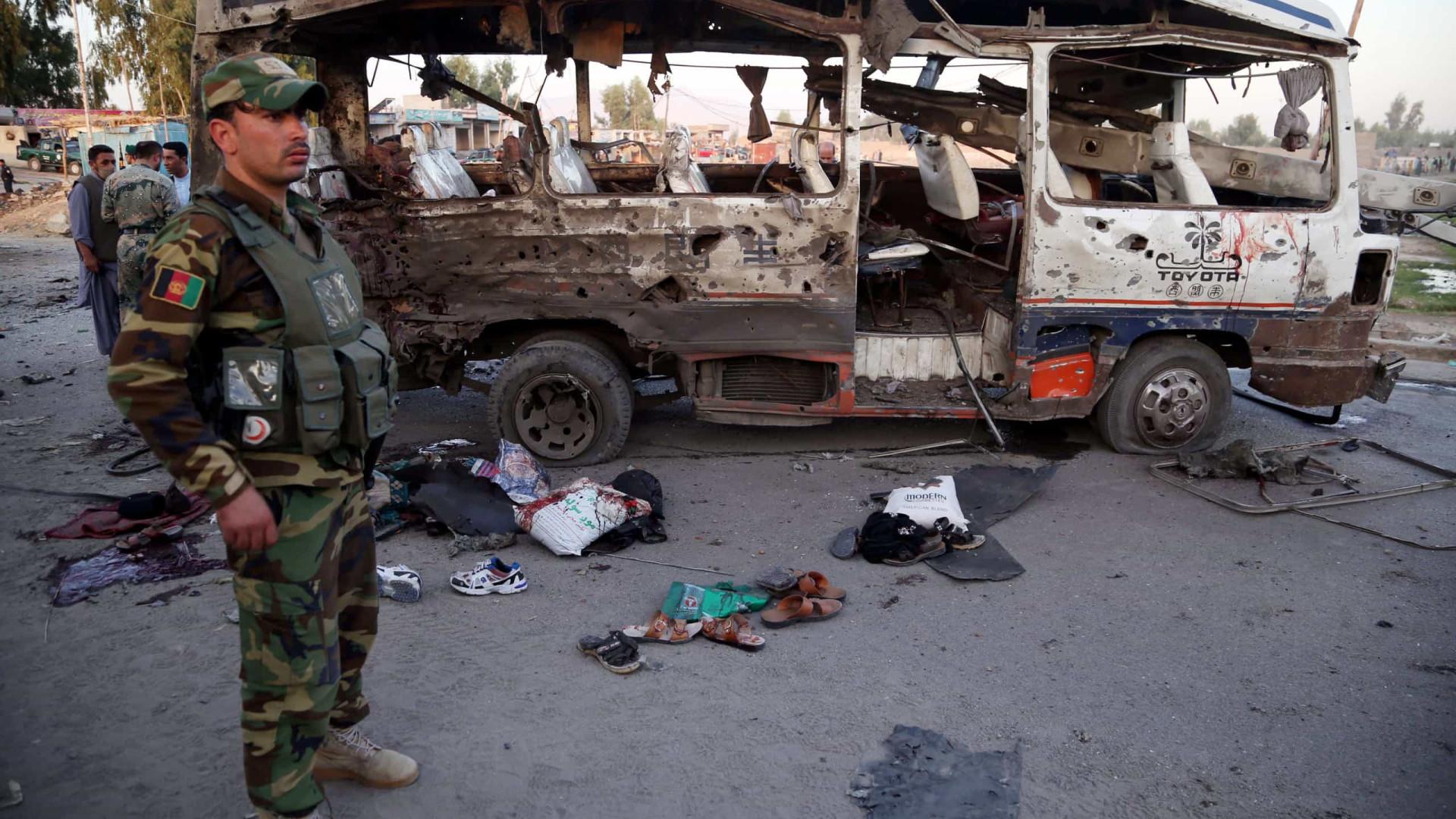 Pelo menos dez mortos em atentado contra veículo em Jalalabad