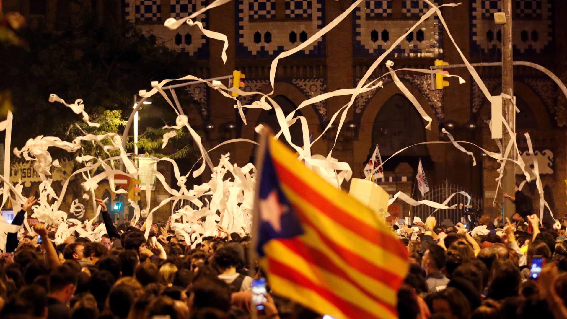 """Manifestantes catalães atiraram papel higiénico. """"Há muito para limpar"""""""