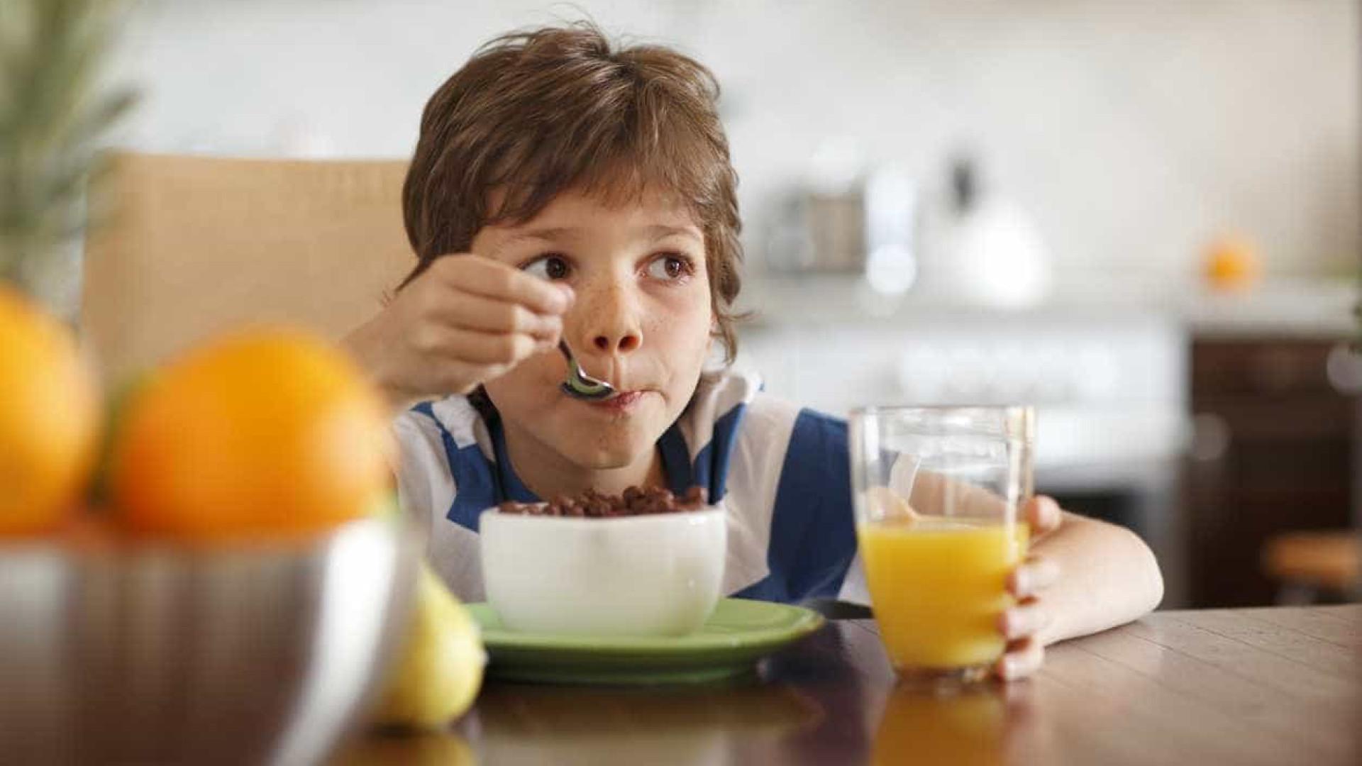 Alimentos com mais açúcar e sal banidos da publicidade para crianças