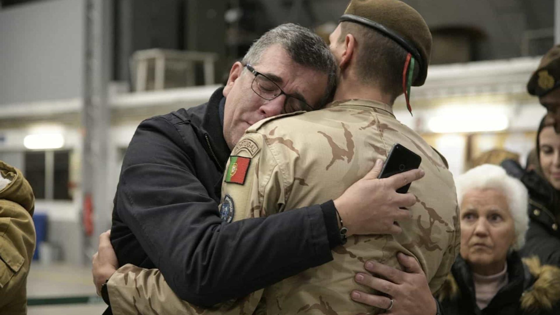 Abraços e lágrimas no regresso dos militares portugueses a casa