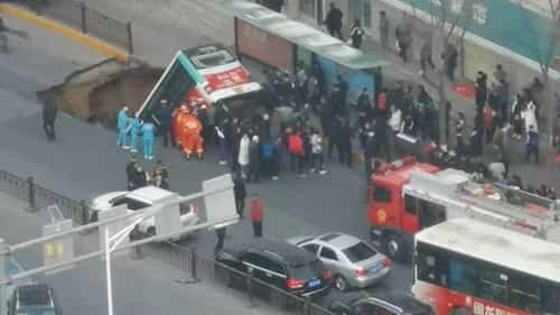 Pelo menos seis mortos após buraco 'engolir' autocarro e pedestres