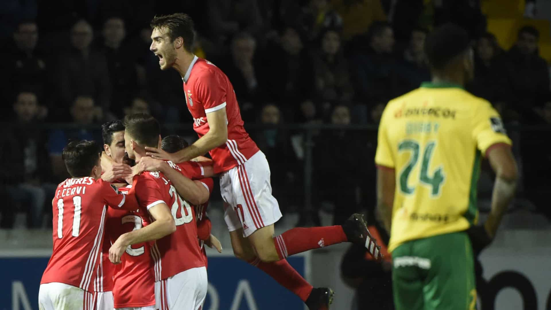 Benfica 'mete a quinta' e deixa dragões à distância de dez pontos