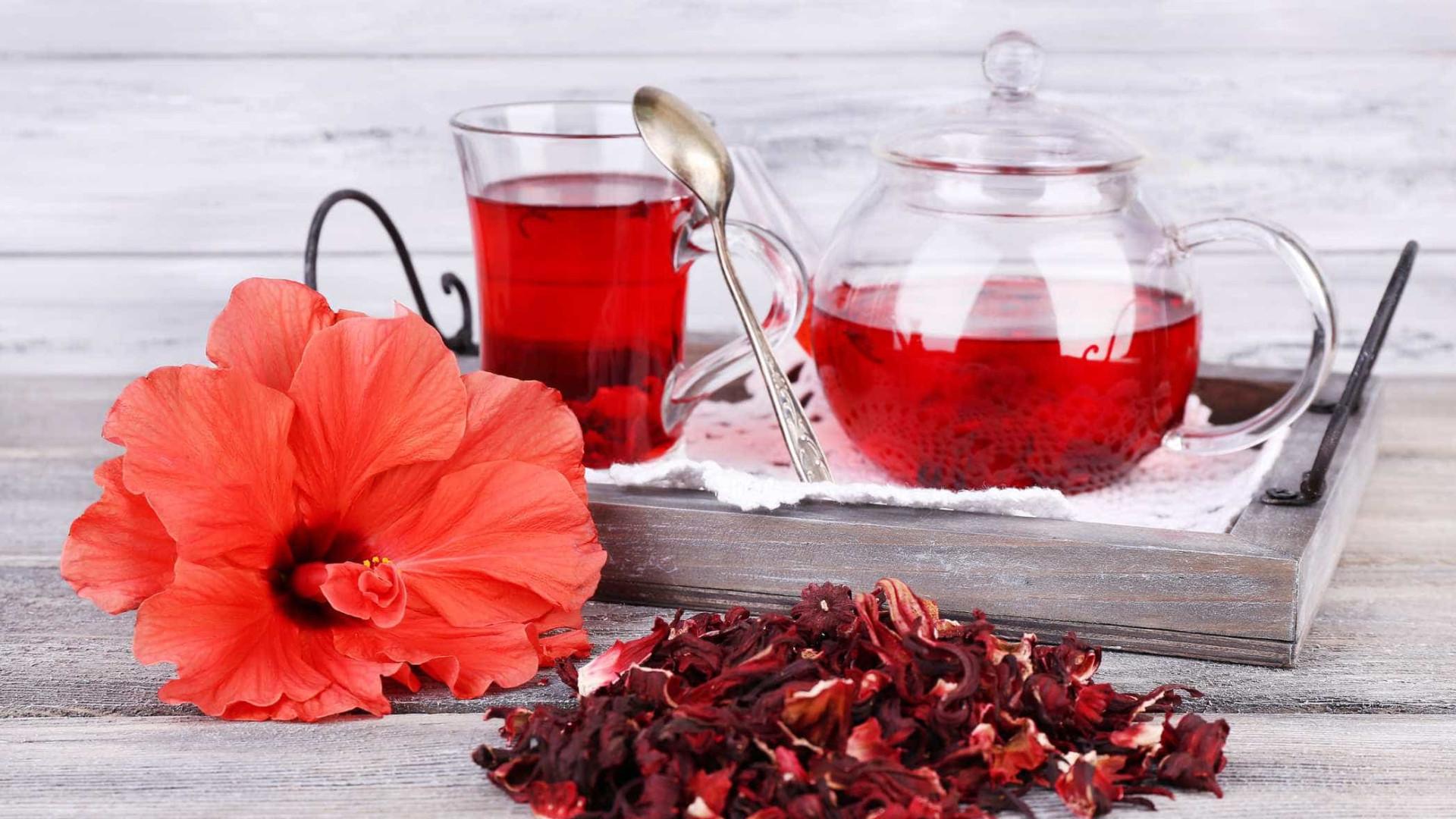 Infusão de hibisco deve ser bebida com moderação. Conheça os riscos