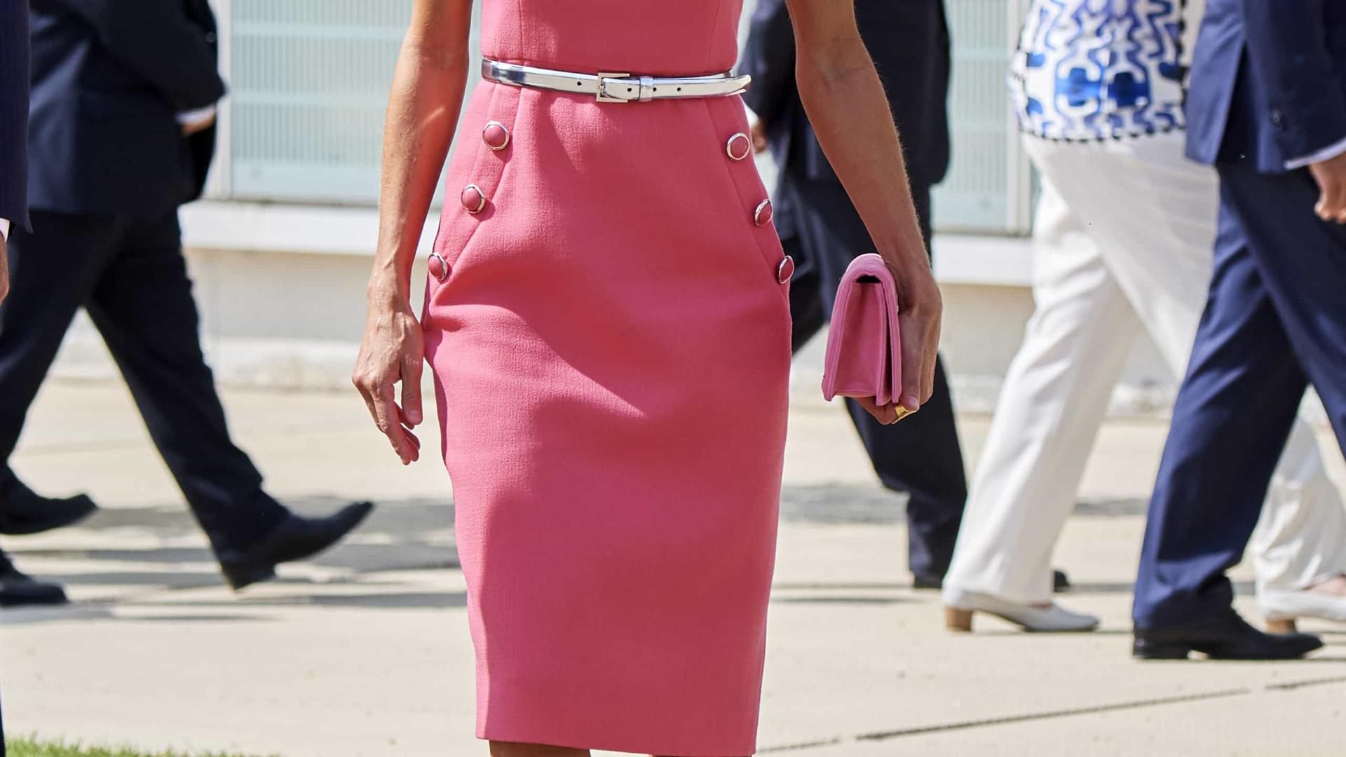 Uma verdadeira boneca! Rainha Letizia aposta em look rosa total
