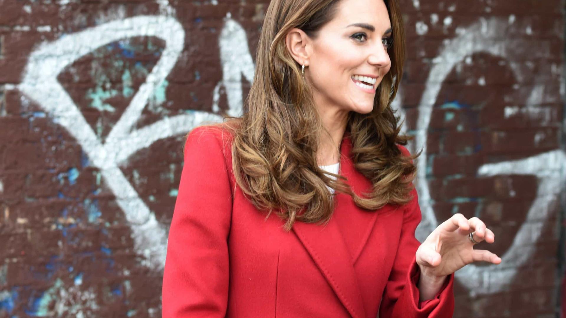 Viva o outono! Kate Middleton encanta com sobretudo encarnado