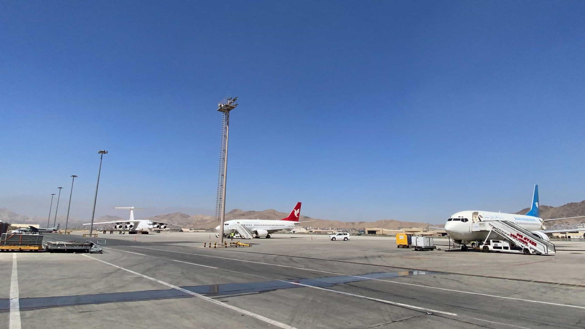 Cerca de 200 estrangeiros deixam Cabul na 1.ª retirada desde saída de EUA