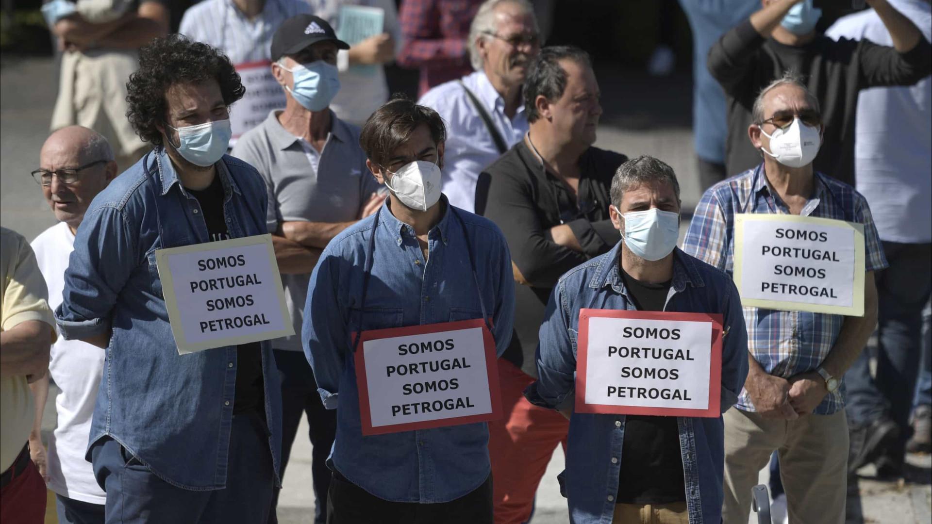 """Trabalhadores exigem reativação da refinaria e chamam """"mentiroso"""" a Costa"""