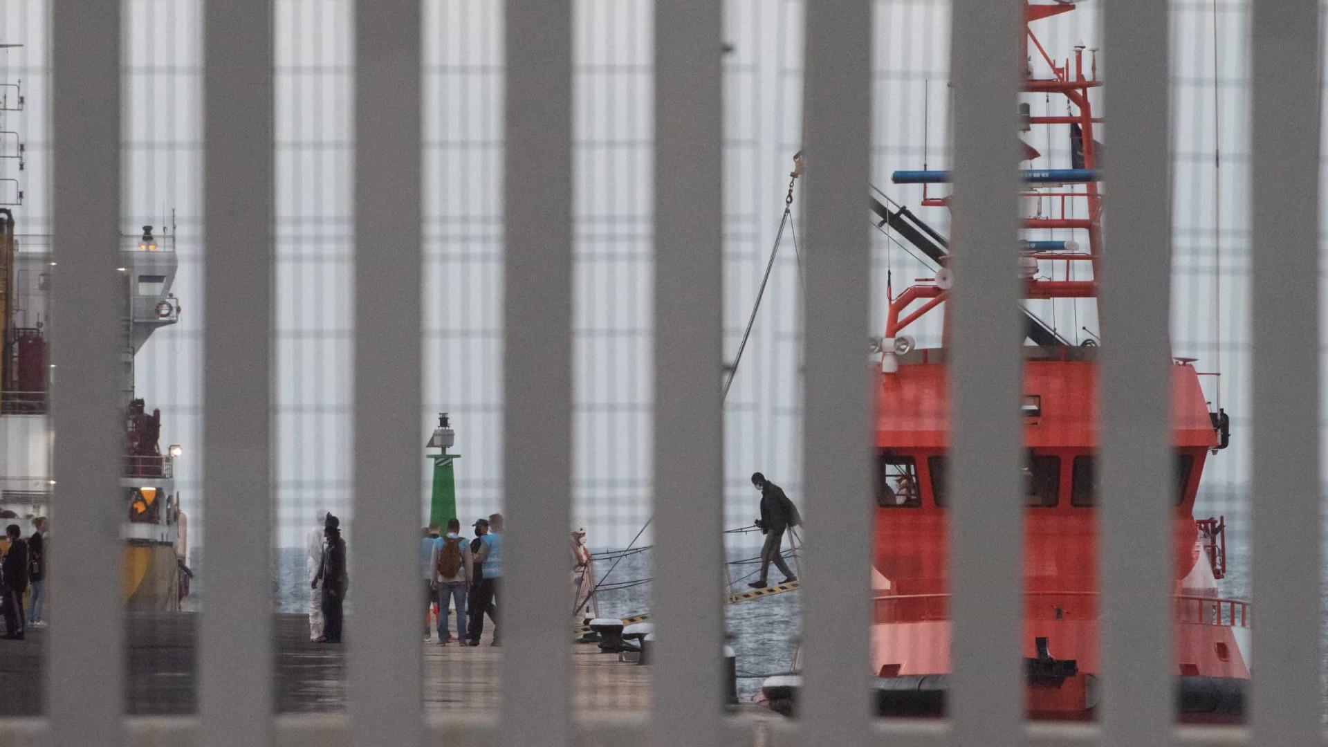 Mais de 400 migrantes resgatados aguardam acolhimento europeu