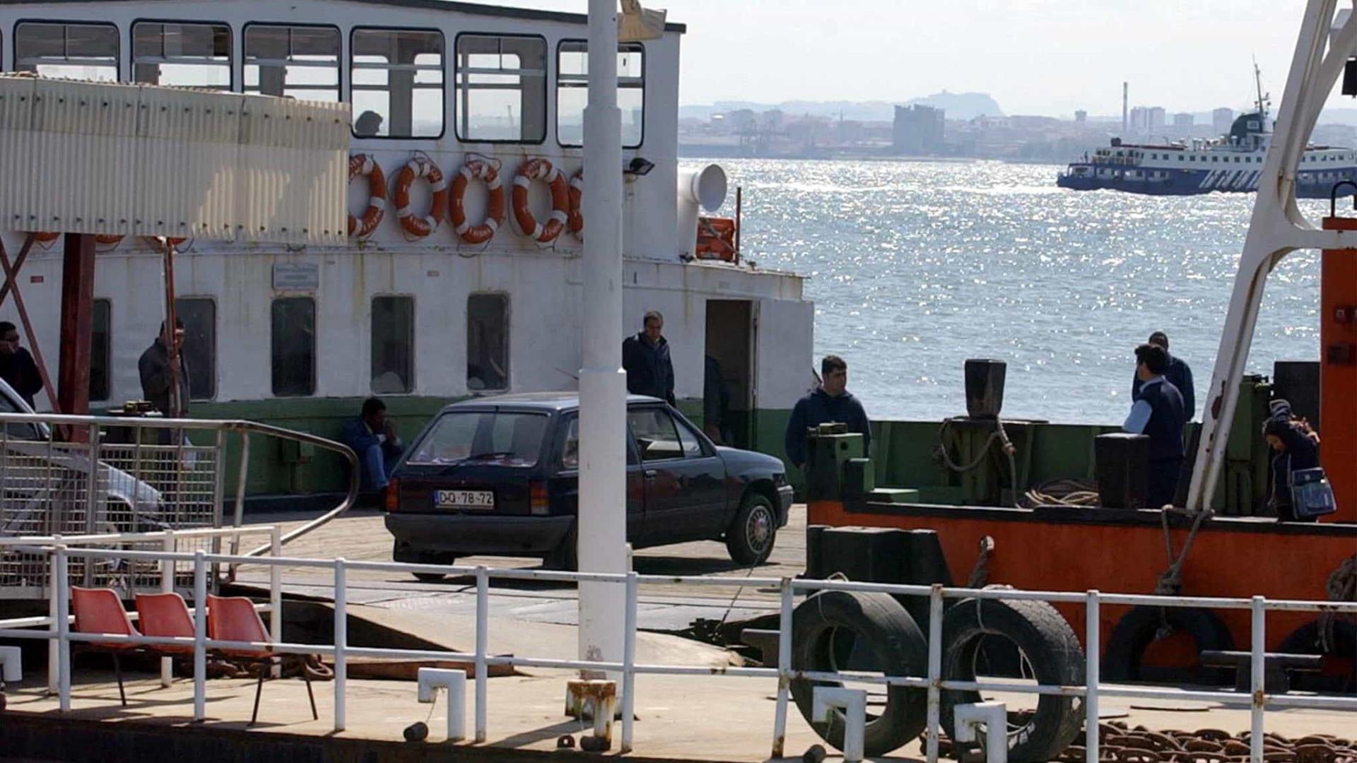 Barco da Transtejo resgata três homens que naufragaram no rio Tejo