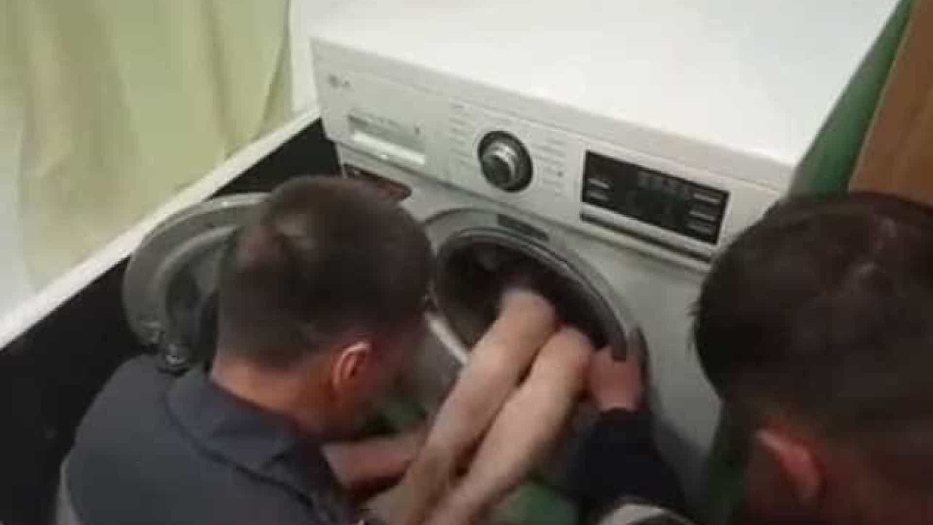 4958898ef964 Criança presa em máquina de lavar roupa enquanto brincava às escondidas