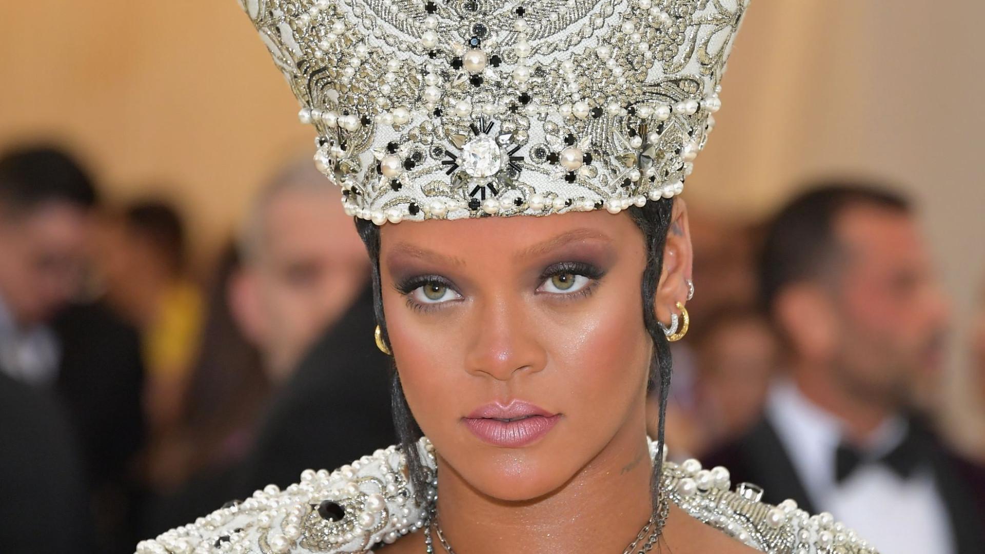 6c5737ccb Rihanna deixa fãs a suspirar com campanha para marca de lingerie