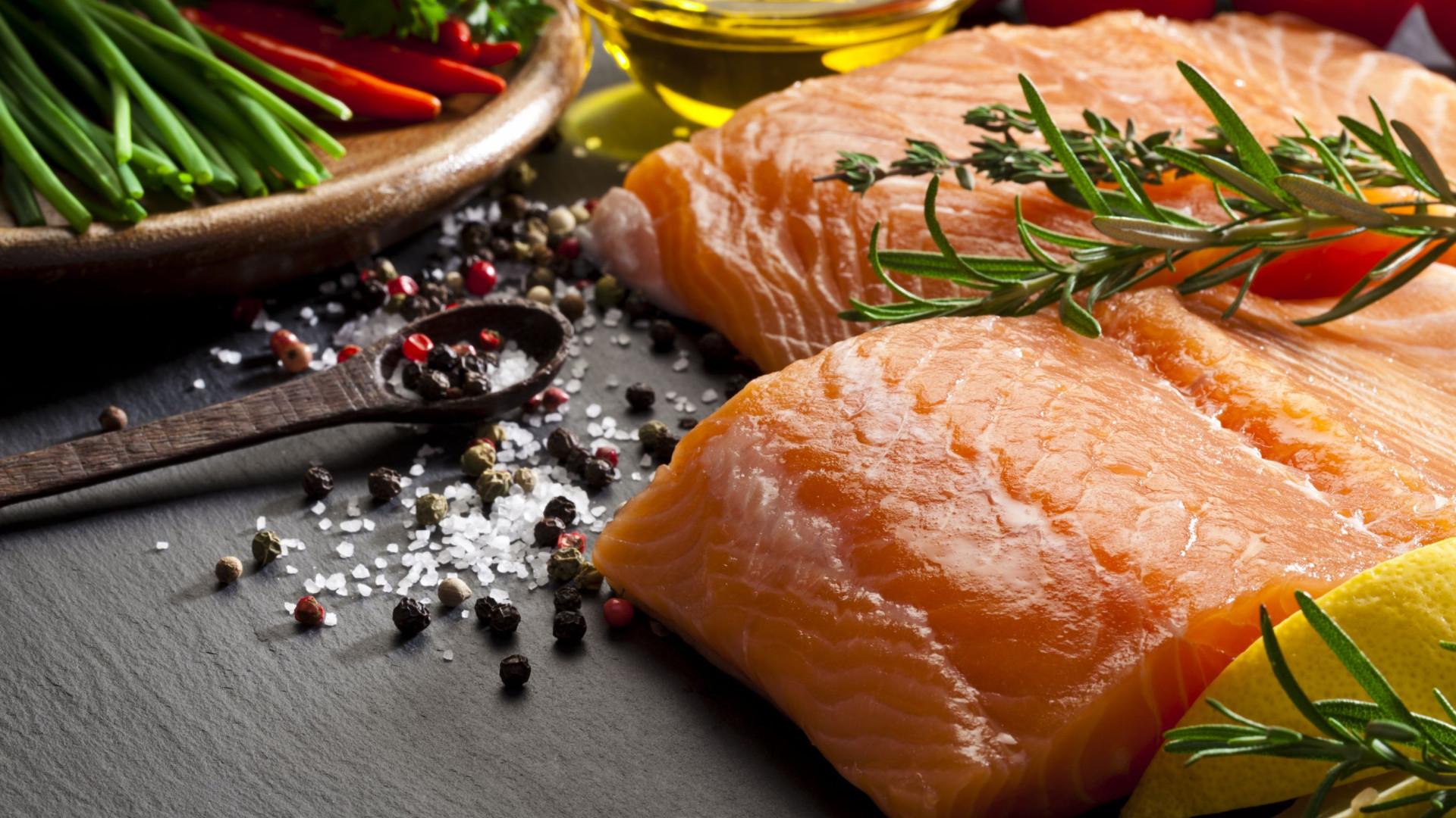 Que papel tem o salmão no controlo do peso?