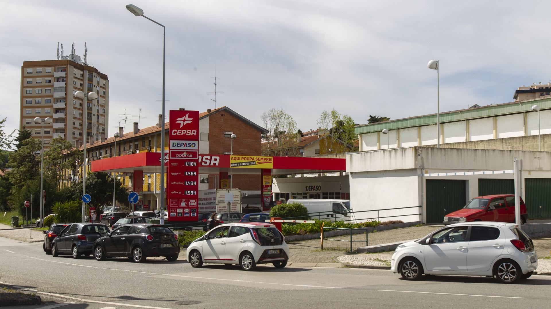 99f3a31b27f8 ... cidade de Coimbra estão sem gasóleo devido à greve dos motoristas de  matérias perigosas e registam-se hoje de filas nas poucas estações que  ainda vendem ...