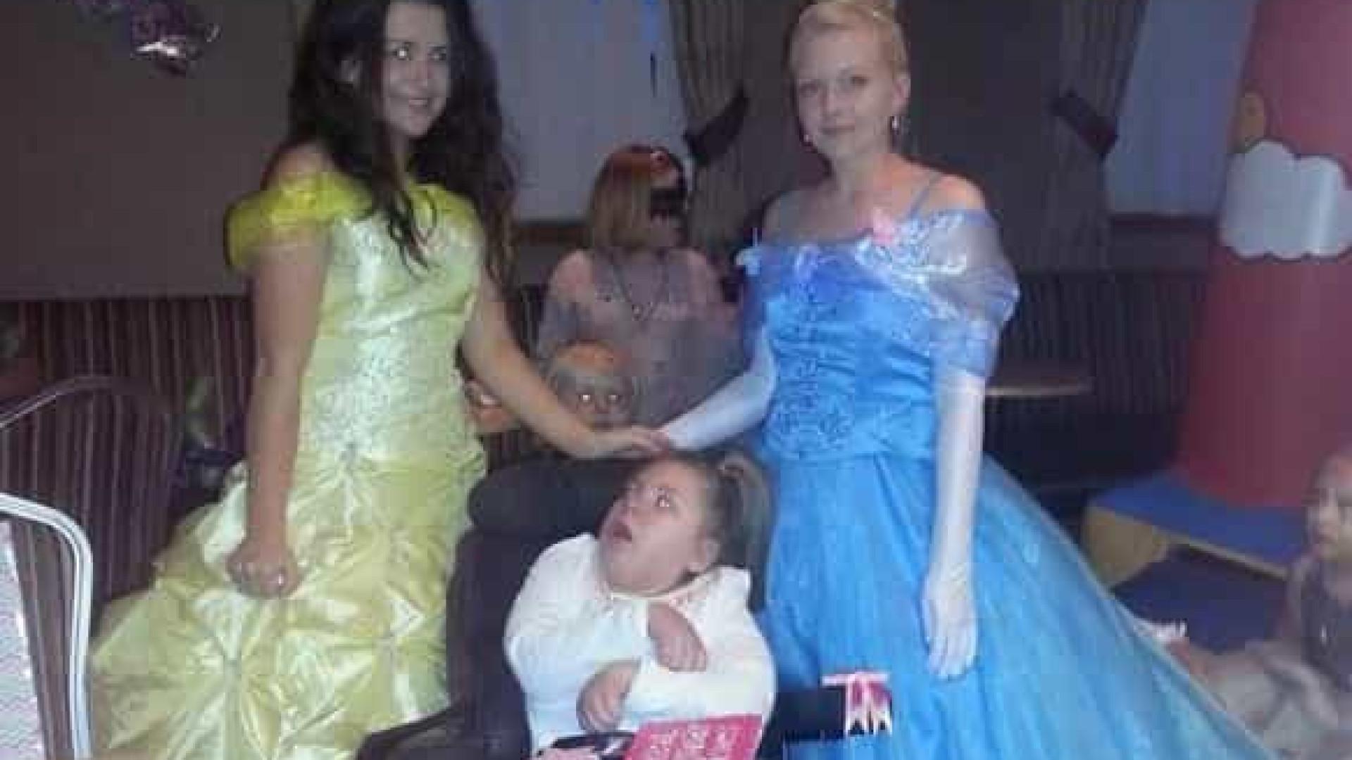 Menina fã da Disney com condição rara morre durante férias de sonho Naom_5d8f955bd03bc