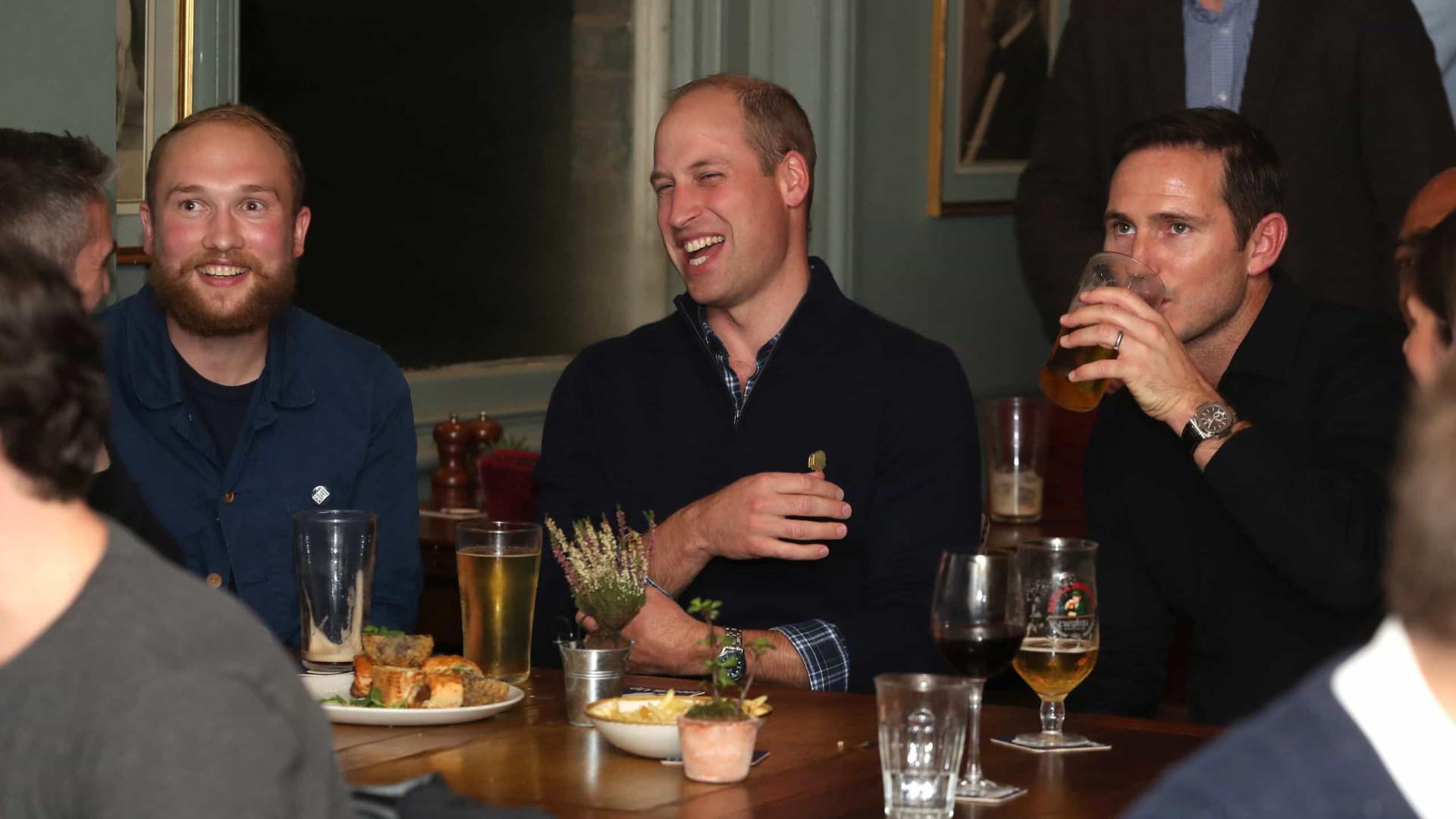Príncipe William assiste a jogo de futebol... em pub londrino