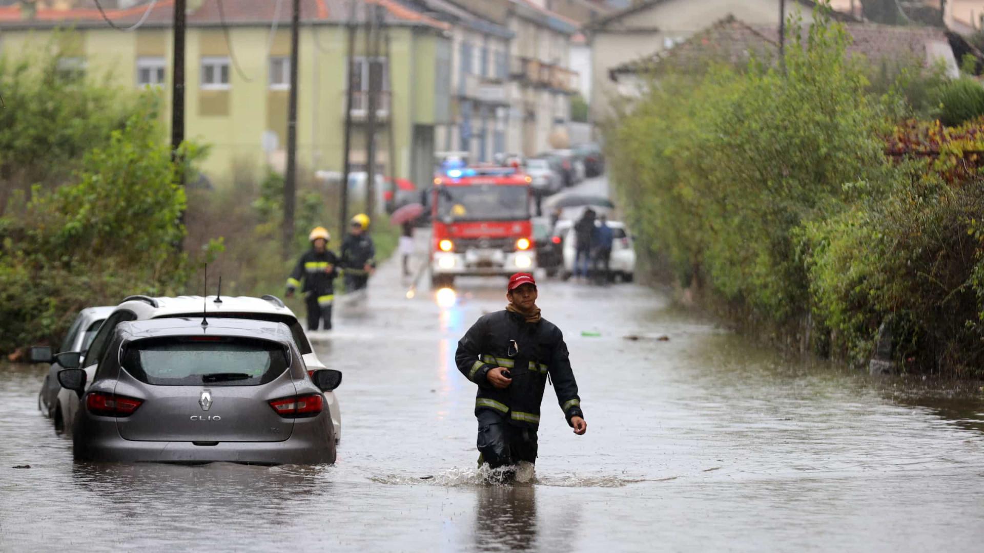 Carros submersos, inundações e voos desviados. As imagens do mau tempo