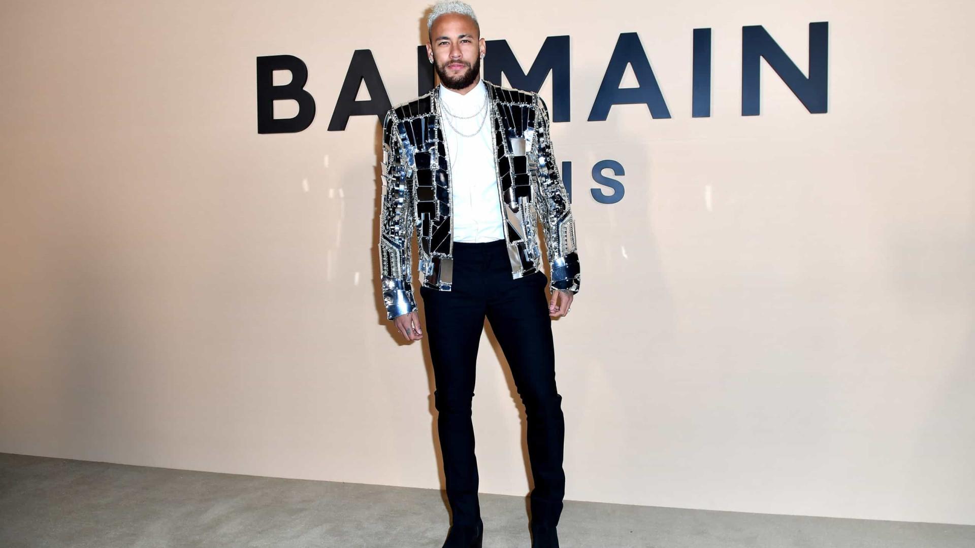 Neymar ousa com blazer espelhado na Semana da Moda de Paris