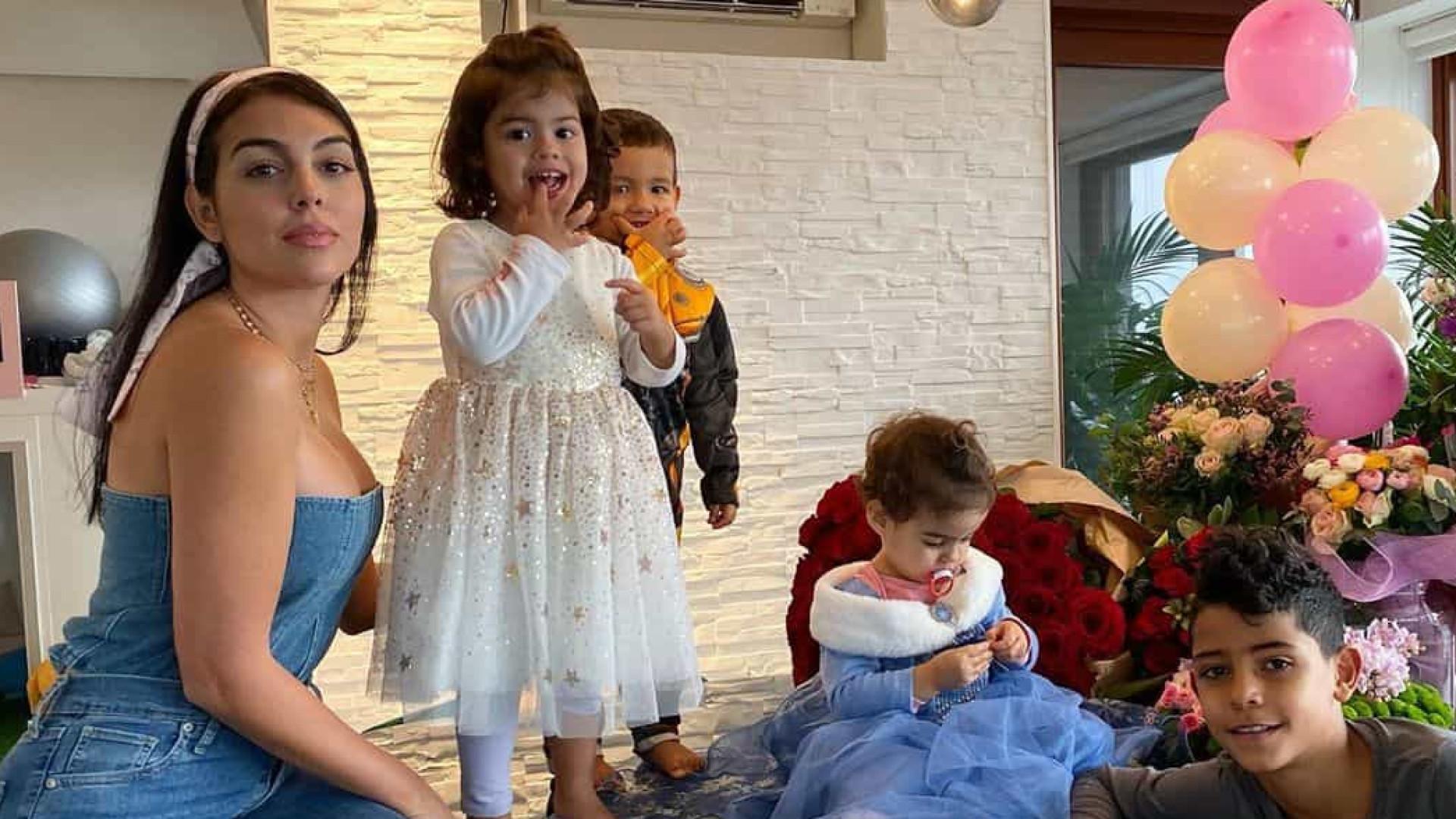 Georgina Rodríguez em momento ternurento na hora de deitar os filhos
