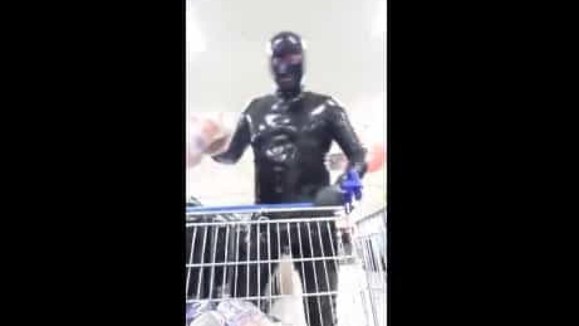 Proteção extrema? Homem vai às compras vestido com... fato de látex