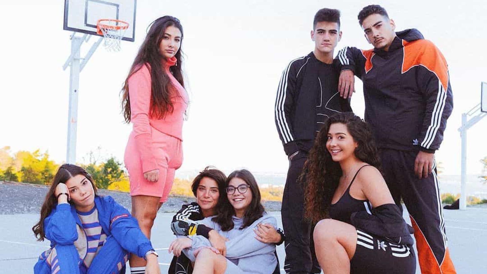 Carolina Carvalho revela fotos únicas com os seis irmãos