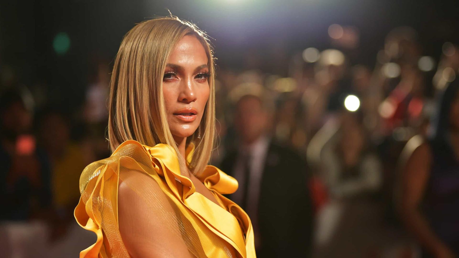 O amor está no ar! Jennifer Lopez usa colar com o nome de Ben Affleck